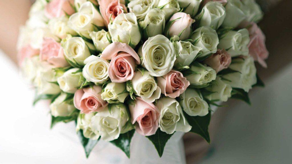 selective focus photography bouquet of flowers